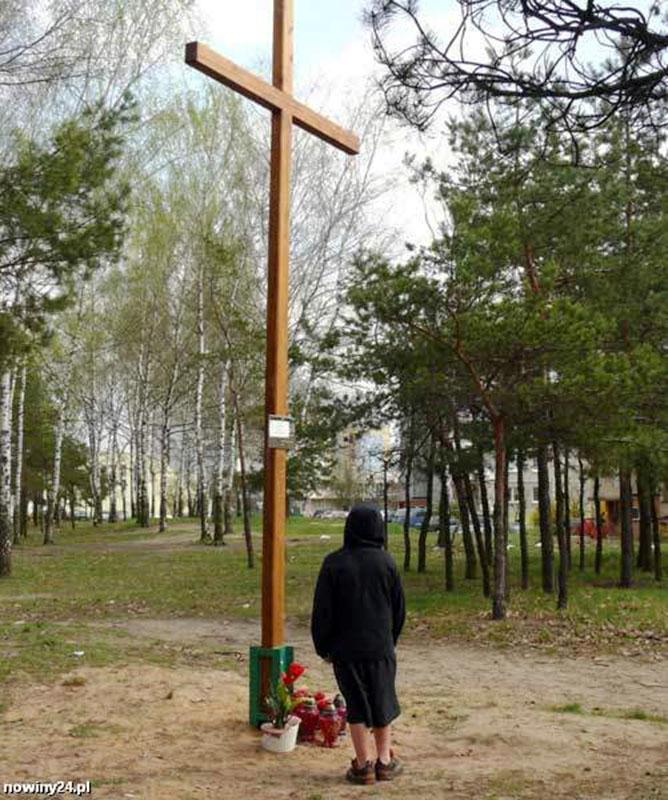 """Busk, Przydrożny """"Czerwony Krzyż"""" podobny do tego, który stał na Niemieckiego Boku z odnalezioną plakietką , foto z Internet"""
